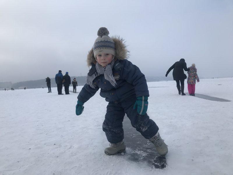 Прикарпатські рятувальники пильнують дітей, які приходять розважатися до замерзлих водойм